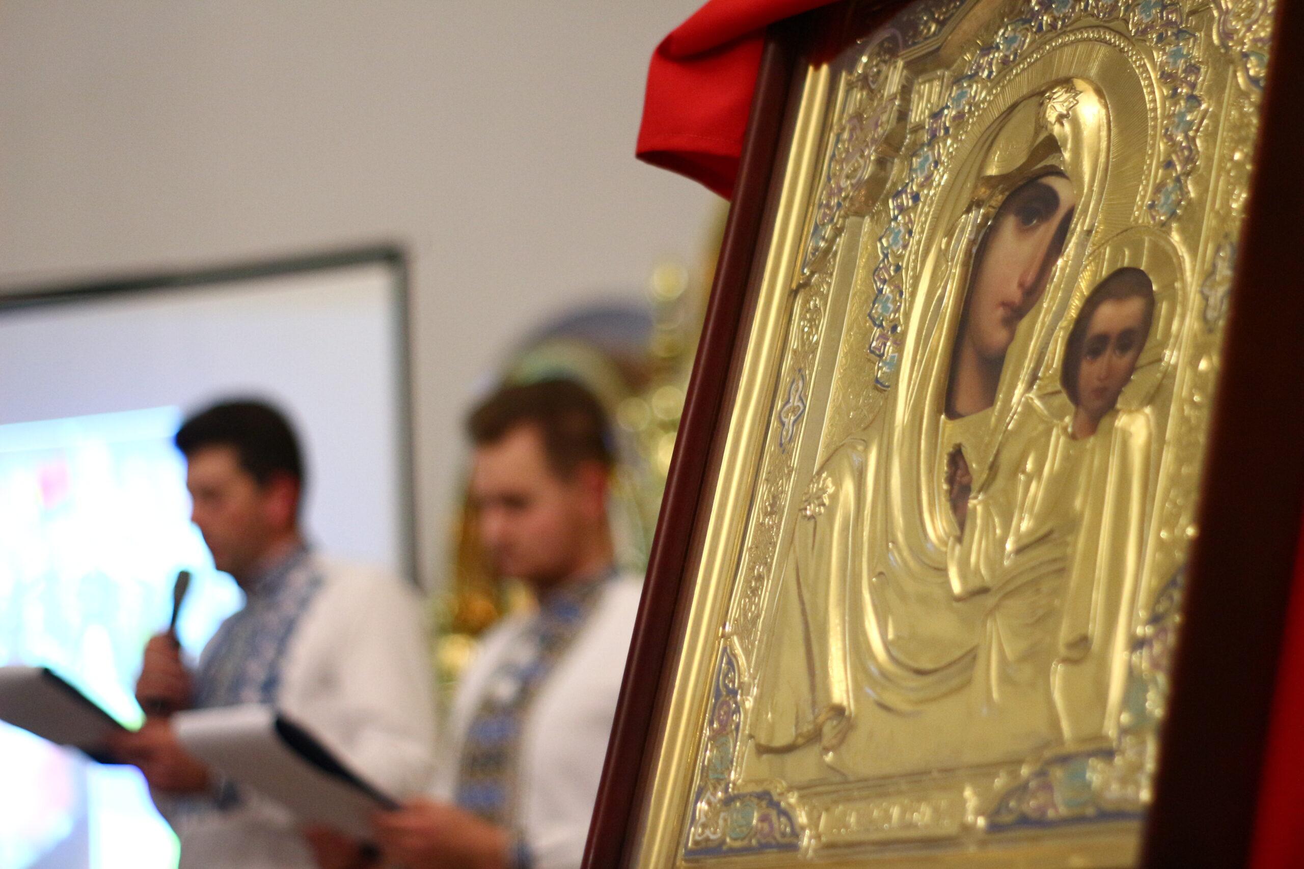 Моли його за нас, захищаючи Церкву й вірних...